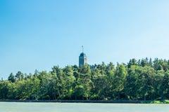Naantali, Finlandia - 28 Czerwiec, 2019: Kultaranta oficjalna lato siedziba prezydent Finlandia Widok od morza flagi obraz stock