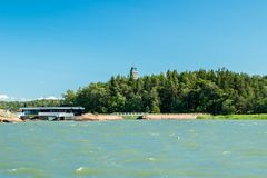 Naantali, Finlandia - 28 Czerwiec, 2019: Kultaranta oficjalna lato siedziba prezydent Finlandia Widok od morza flagi zdjęcia royalty free