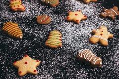 Naar huis gebakken koekjes op suiker gepoederde achtergrond royalty-vrije stock afbeeldingen