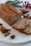 Naar huis gemaakt Banaanbrood met feestelijke decoratie royalty-vrije stock fotografie