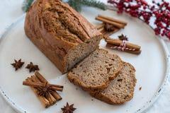 Naar huis gemaakt Banaanbrood met feestelijke decoratie royalty-vrije stock afbeeldingen