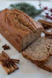 Naar huis gemaakt Banaanbrood met feestelijke decoratie stock fotografie
