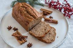 Naar huis gemaakt Banaanbrood met feestelijke decoratie royalty-vrije stock afbeelding