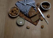 Naar huis gemaakt brood met sommige okkernoten aan de kant stock foto's