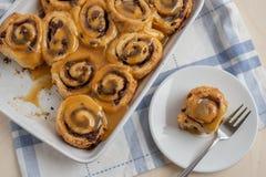 Naar huis gemaakt Heerlijk vers gebakken kaneelbroodje stock fotografie