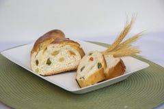 Naar huis gemaakt zoet gevlecht brood Brood met kristalfruit Royalty-vrije Stock Afbeeldingen