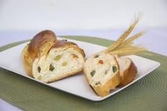 Naar huis gemaakt zoet gevlecht brood Brood met kristalfruit Royalty-vrije Stock Foto