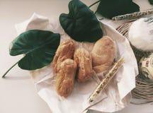 Naar huis gemaakte bakkerij met groene bladeren Royalty-vrije Stock Foto's