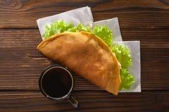 Naar huis gemaakte fastfood met koffie op houten lijst Stock Foto