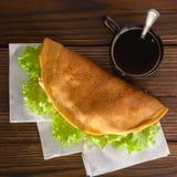 Naar huis gemaakte fastfood met koffie op houten lijst Stock Foto's