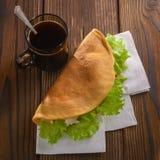 Naar huis gemaakte fastfood met koffie op houten lijst Stock Afbeelding