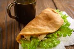 Naar huis gemaakte fastfood met koffie op houten lijst Royalty-vrije Stock Foto's