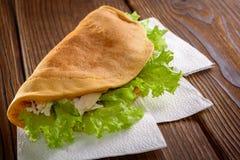 Naar huis gemaakte fastfood op houten lijst Stock Fotografie