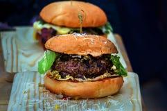Naar huis gemaakte hamburger met sla, kaas, Royalty-vrije Stock Foto