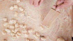 Naar huis gemaakte Italiaanse gnocchi op houten lijst stock footage