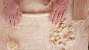 Naar huis gemaakte Italiaanse gnocchi op houten lijst stock videobeelden