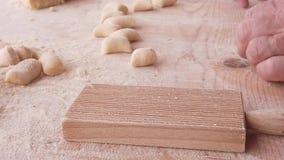 Naar huis gemaakte Italiaanse gnocchi op houten lijst stock video