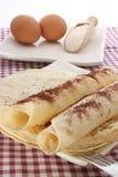 naar huis gemaakte pannekoek op witte plaat Stock Foto
