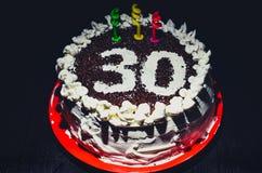 Naar huis gemaakte verjaardagscake voor 30ste verjaardag Stock Fotografie