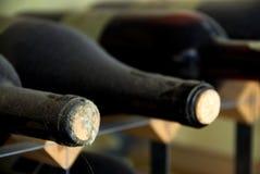 Naar huis gemaakte wijn die op een rek wordt gestapeld Stock Afbeelding