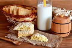 Naar huis gemaakte zoete koekjes op een jute en een mand Melk in een glaskruik met een stro Kleine houten decoratieve vaatje en l Royalty-vrije Stock Foto's