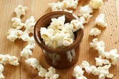 Naar huis gemaakte zoete popcorn die van graan wordt gemaakt royalty-vrije stock fotografie