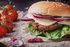 Naar huis het gemaakte hamburger koken stock afbeeldingen