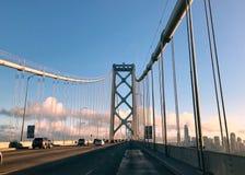 Naar huis komend uit wegreis, over de Baaibrug, met San Francisco op achtergrond Royalty-vrije Stock Afbeeldingen