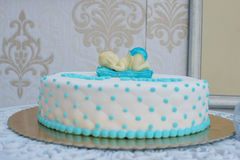 Naar maat gemaakte babydouche of eerste verjaardagscake voor een jongen met slaapbaby topper en kussen-als suikerglazuur stock fotografie