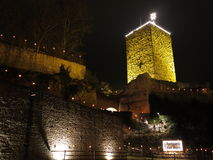 Naar omhoog aan oud 's nachts aangestoken kasteel Royalty-vrije Stock Foto's