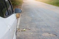 Naast van natte auto op de weg stock afbeelding