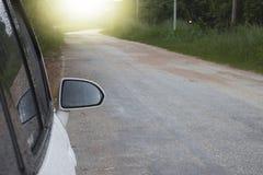 Naast van natte auto op de weg stock afbeeldingen