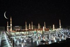 Nabawi moské i Medina och halvmånformig på nattetid royaltyfri fotografi