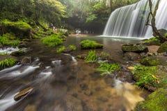 Nabegataki vattenfall med härligt naturligt landskap i Kumamo fotografering för bildbyråer