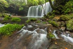 Nabegataki vattenfall med härligt naturligt landskap i Kumamo arkivfoto