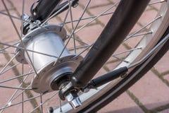 Nabendynamo im Detail als moderner Stromgenerator auf dem Fahrrad stockbilder