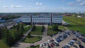 NABEREŽNYE CELNY, TATARSTAN, RUSSIA - 8 AGOSTO 2019: Orbita aerea di volo del fuco intorno ad ingegneria di Kamaz tecnica archivi video