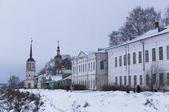 Naberezhnaya reki Sukhona och kyrkan av Elijah Prophet i Veliky Ustyug, Vologda region, Ryssland royaltyfri fotografi