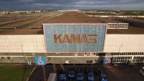 NABEREZHNYE CHELNY, TARTARISTÃO, RÚSSIA - 10 DE JUNHO DE 2019: Planta de conjunto do caminhão de Kamaz da vista aérea que constró vídeos de arquivo