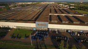 NABEREZHNYE CHELNY, TARTARISTÃO, RÚSSIA - 10 DE JUNHO DE 2019: Planta de conjunto do caminhão de Kamaz da vista aérea que constró filme