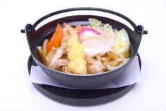 Nabeyaki Udon, Japońscy Gorący garnków kluski, odizolowywający na białym bac Fotografia Royalty Free