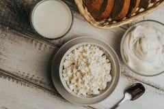Nabiałów produkty rolniczy na drewnianym stole: mleko w szkle, chałupa serze, kwaśnej śmietance i chlebie, obrazy stock