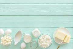 Nabiały od gospodarstwa rolnego z mlekiem, jajka, chałupa, masło, yougurt na mennicy zieleni tła odgórnego widoku drewnianym mock zdjęcia royalty free