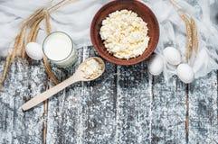 nabiały zgłaszają drewnianego Mleko, ser, jajko Odgórny widok z kopii przestrzenią Zdjęcie Stock