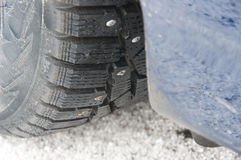 Nabijać ćwiekami śnieżne opony na samochodzie Obrazy Royalty Free