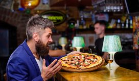 Nabranie posiłku pojęcie Modniś głodny je włoską pizzę Pizzy ulubiony restauracyjny jedzenie Świeża gorąca pizza dla gościa resta zdjęcie royalty free