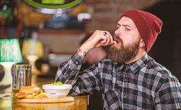 Nabranie posi?ek Wysoki kalorii jedzenie Wy?mienicie hamburgeru poj?cie Cieszy si? smak ?wie?y hamburger Modnisia g?odny m??czyzn zdjęcie royalty free