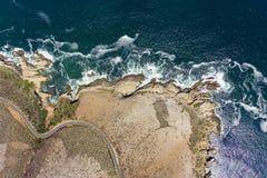 Nabrzeżna droga z Dennej strony skałami obraz stock