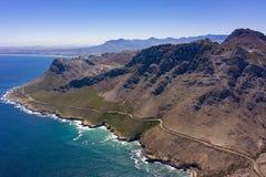 Nabrzeżna droga z morzem i górami obrazy stock