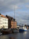 Nabrzeża i kanału Nyhavn Listopad chmurny dzień copenhagen Zdjęcia Royalty Free